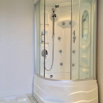 お風呂はシャワーのみ!近未来的!