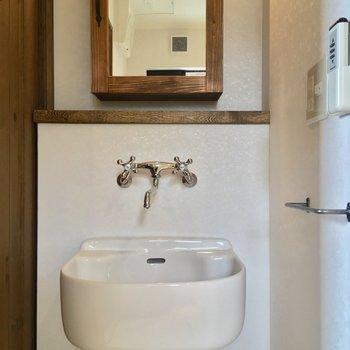 トイレ正面にはこんな可愛らしい洗面台も!