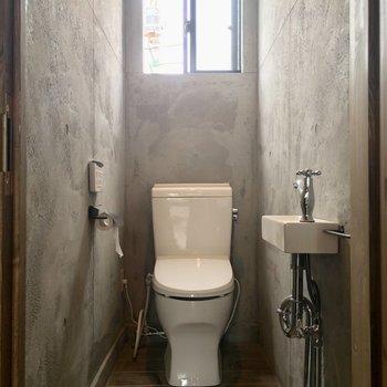 キッチン後ろのトイレには小さな洗面台が付いてます◎