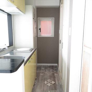 左がキッチン右が水回りです※クリーニング前の写真です