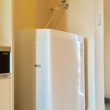 キッチン横には洗濯機。コチラも付いてきますよ!※クリーニング中の写真です
