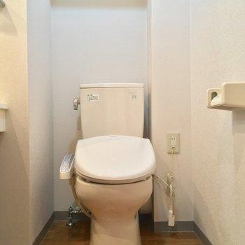 お隣には個室のトイレ!※クリーニング中の写真です