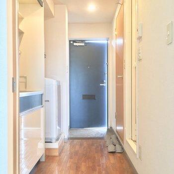 扉を開けて、廊下へ。左手には・・・※クリーニング中の写真です