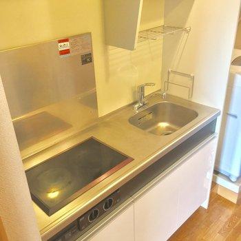2口コンロのキッチン!コンロはラジエントヒーターです※クリーニング中の写真です