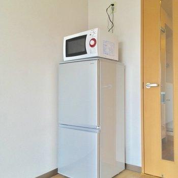 この冷蔵庫と電子レンジが付いてくるんです!ヤッピー♪※クリーニング中の写真です