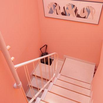 階段も可愛い色合い◎