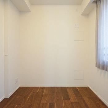 こちらは4.5帖の寝室です