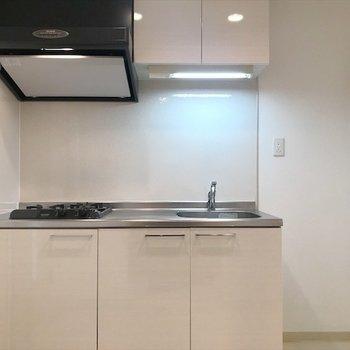 キッチンもホワイト。(※写真は14階の同間取り別部屋のものです)