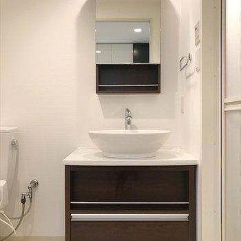 独立洗面台があります。(※写真は14階の同間取り別部屋のものです)