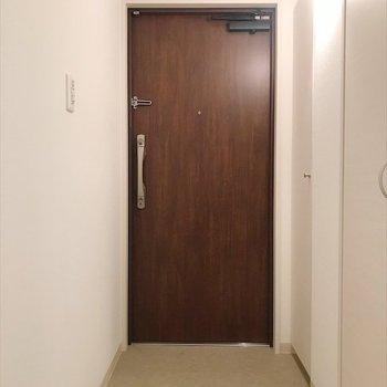明るい玄関!(※写真は14階の同間取り別部屋のものです)