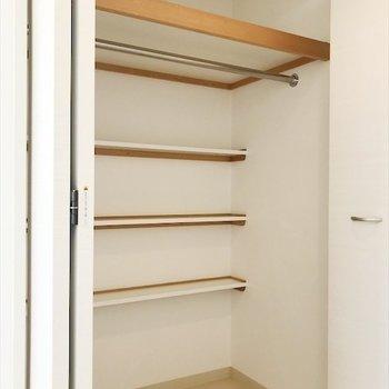 奥に小棚があるクローゼット。(※写真は14階の同間取り別部屋のものです)