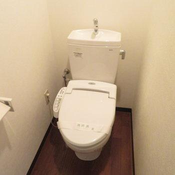 トイレはウォシュレット付き(※写真は8階の反転間取り別部屋のものです)