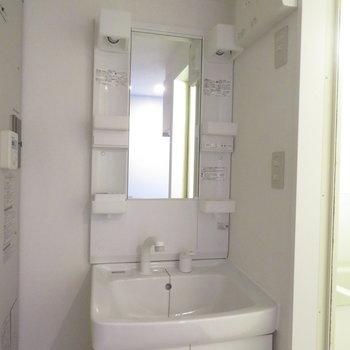 もちろん独立洗面台付き。隣の隙間もうまく活用してくださいね(※写真は8階の反転間取り別部屋のものです)