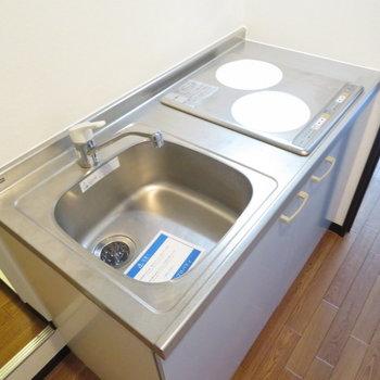 キッチンは廊下に。IH2口で掃除も簡単です(※写真は8階の反転間取り別部屋のものです)