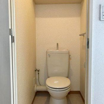 トイレには棚がついてます! ※写真は前回募集時のものです