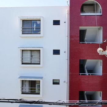 眺望はお隣のかわいいマンション。