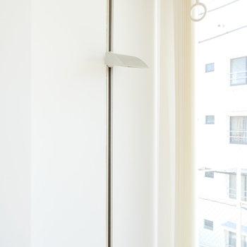 窓際照明は上下に位置調節できます。