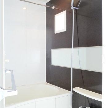 そこからお風呂です。ここにも換気窓あります◎