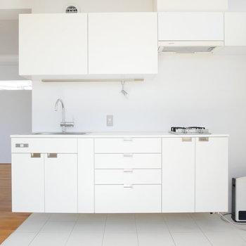 キッチンも真っ白で!