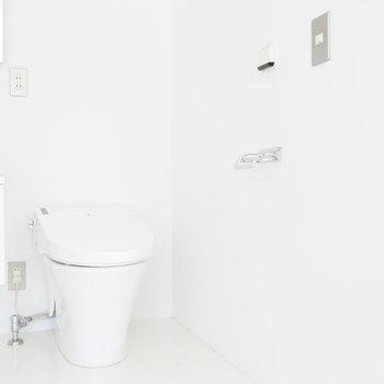 お隣におトイレ。タンクレスでスッキリ。