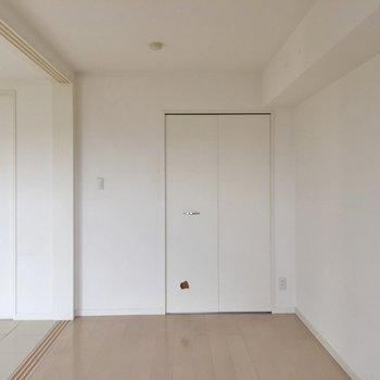 寝室はベッドを置いて終了ですが、それでいい! ※写真は901号室