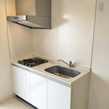 キッチンス横は冷蔵庫置場もあります。 ※写真は901号室