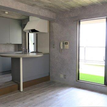 キッチンにはまあるいカウンター付き。