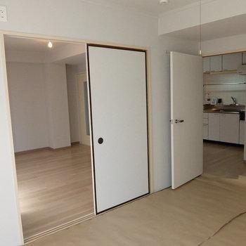 和室からキッチンにも行けるのです。