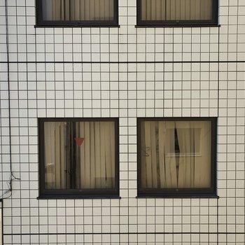 窓からの眺め2 ほかの建物の壁が見えますが、距離はそこまで近くないです。