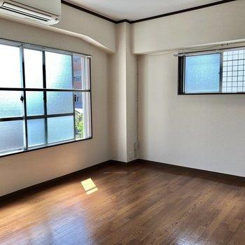 お部屋は2面採光で明るいです。