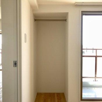 洋室にもちょっとした収納スペースと、、、