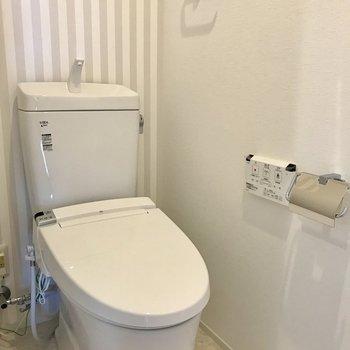 トイレの壁紙はストライプ!