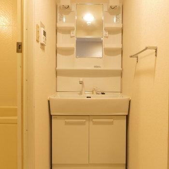 大きめの洗面台なら朝も支度しやすい。
