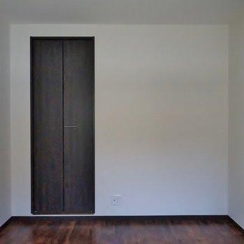 洋室は少し狭め