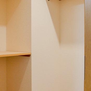 【洋室】収納棚もありますよ。