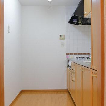 【LDK】キッチンは並んで調理できそうな広さ。