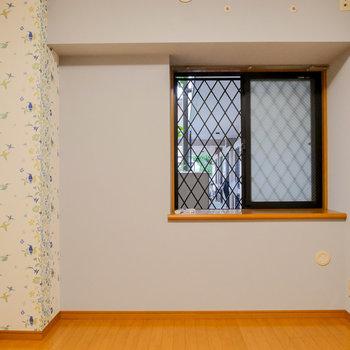 【洋室】窓の向こうは共用廊下。