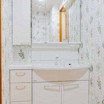 脱衣所に独立洗面台。ここにもアクセントクロス。