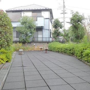 マンション敷地内には公園のようなスペースも。