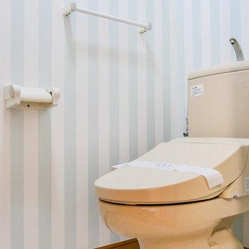 トイレにも可愛いクロス。収納棚もあり、便利です。