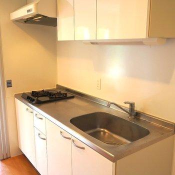 キッチンは調理スペースも考えられた2口ガスコンロ! ※写真は201号室