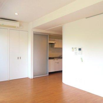 奥にはキッチンがありますね。 ※写真は201号室