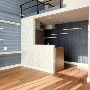 棚、キッチン、ロフト、階段のラインが心地よくマッチ!※写真は別部屋反転間取りのものです