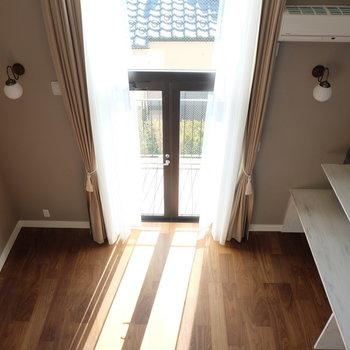 ロフトからの眺め!2階分の高さのある窓!※写真は別部屋反転間取りのものです
