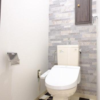 床がチカチカなトイレ