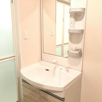 清潔感あふれる真っ白な洗面台でした