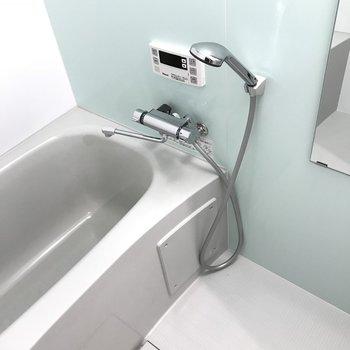 ミントグリーンの壁紙がかわいい浴槽です