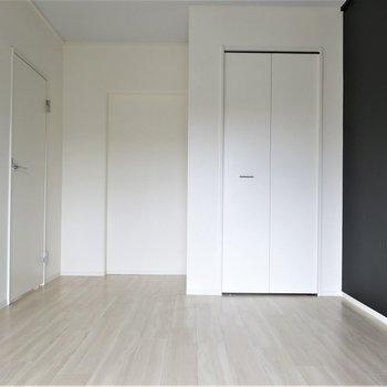 洋室②】ベランダ側の洋室にはも収納が*。