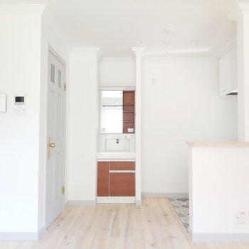 左からサニタリールーム、洗面台、キッチンです。