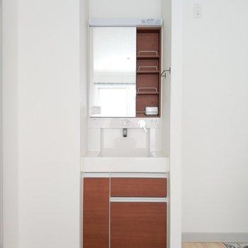 独立洗面台の色合いもお部屋にアクセント加えててかわいい!